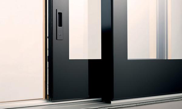 Serramenti-porta_scorrevole_alzante_legno_interno_solo_vetro_esterno